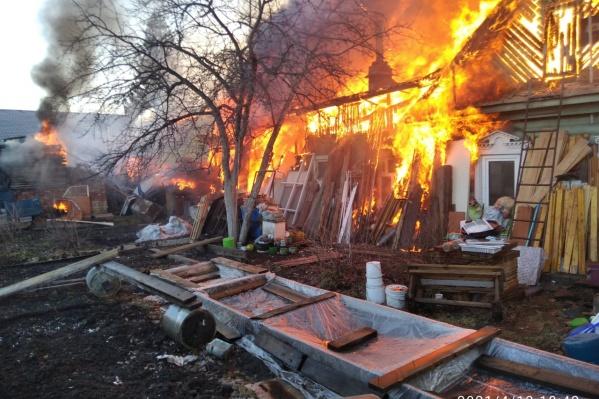 Огонь охватил площадь в 350 квадратных метров