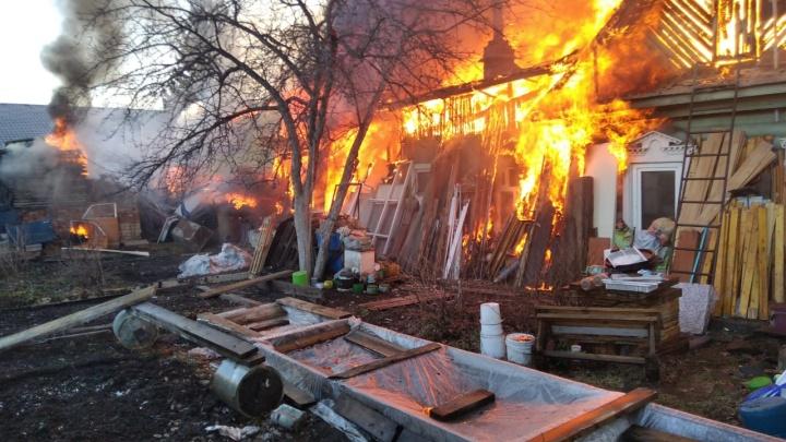 Подробности крупного пожара на Широкой Речке: огонь полностью уничтожил дом и четыре автомобиля