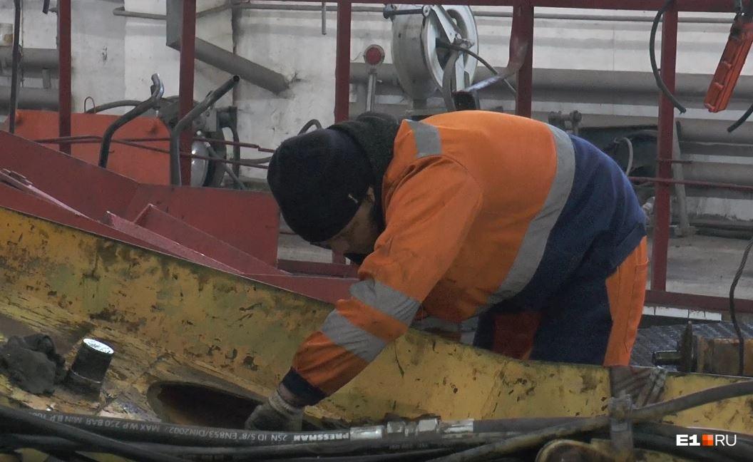 Механики работают с техникой и днем и ночью