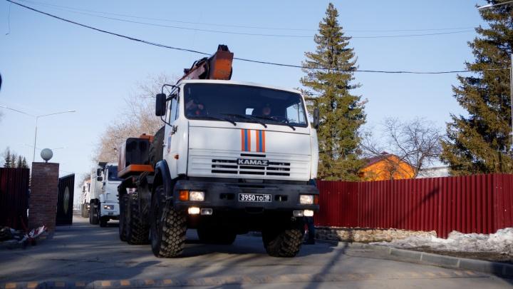 В Барнаул отправилась колонна спецтехники и новосибирские спасатели. Рассказываем, почему понадобилась их помощь