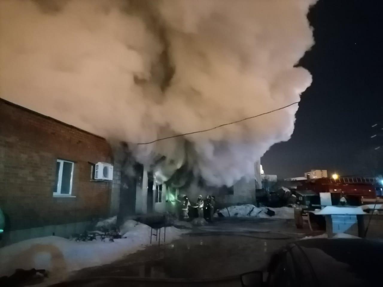 Столбы дыма поднимались на много метров вверх