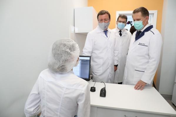Министр и губернатор оценили уровень оснащения госпиталя и узнали у врачей о готовности к приему первых больных