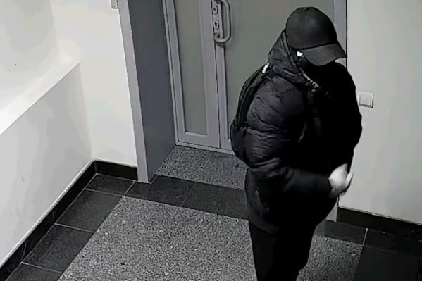 Предполагаемый преступник попал на камеры видеонаблюдения.
