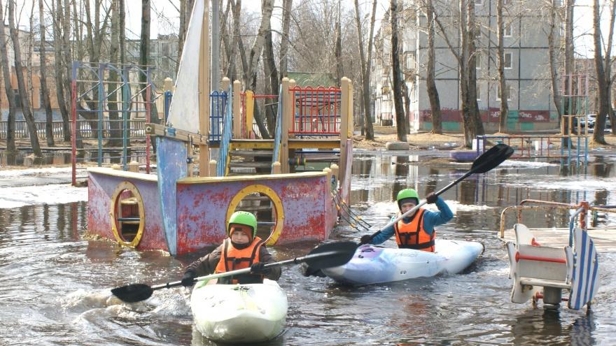 Суровый, но веселый апрель: в луже Северодвинска прошел заплыв на байдарках