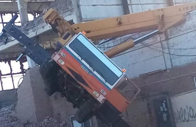 В Тольятти на улице Коммунальной упал автокран