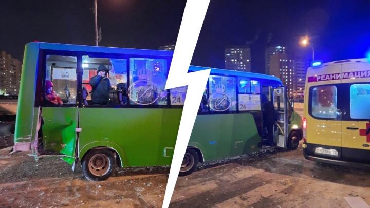 В Зареке столкнулись маршрутка и KIA Cerato. Пострадали трое пассажиров микроавтобуса