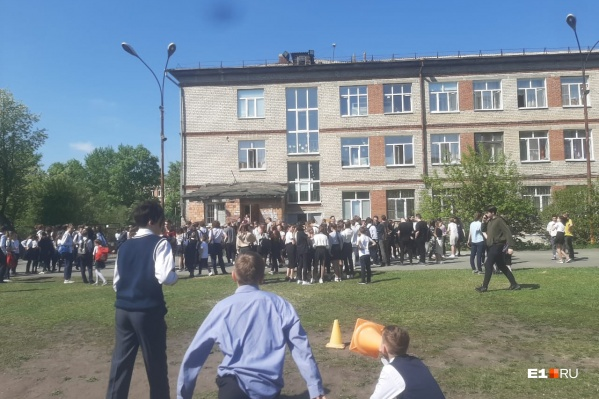 """Плановая тренировочная эвакуация детей прошла сегодня в екатеринбургской школе <nobr class=""""_"""">№ 1</nobr>1"""