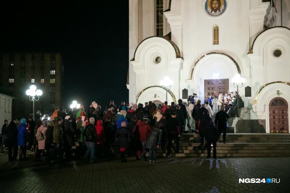 Судя по количеству планируемых автобусов, самый большой наплыв прихожан ожидают в храме Рождества Христова на правом берегу