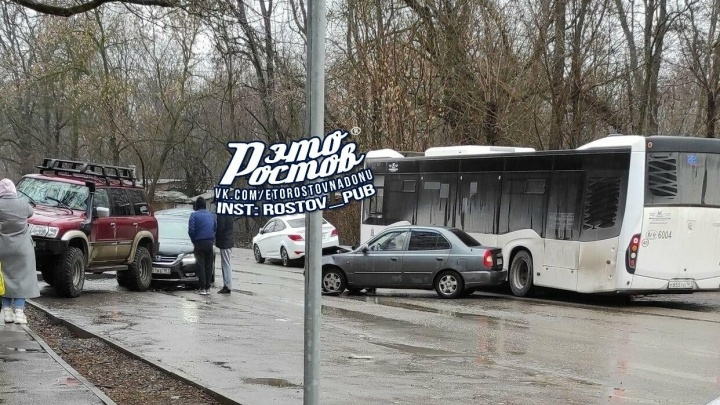 ДТП с автобусом и четырьмя легковушками создало пробку на дороге с Темерника