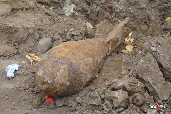 Экскаватор достал снаряд из-под земли