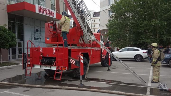 В центре Уфы из-за пожара в фитнес-клубе эвакуировали 120 человек