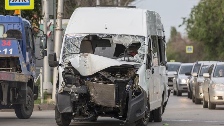 Пешеходы чудом спаслись: появилось еще одно видео столкновения ДТП с маршрутным такси в Волгограде