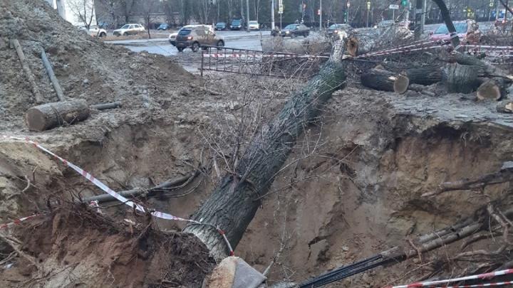 «Боимся, что сползем в эту яму»: в Волгограде коммунальщики разрыли огромную траншею у жилого дома