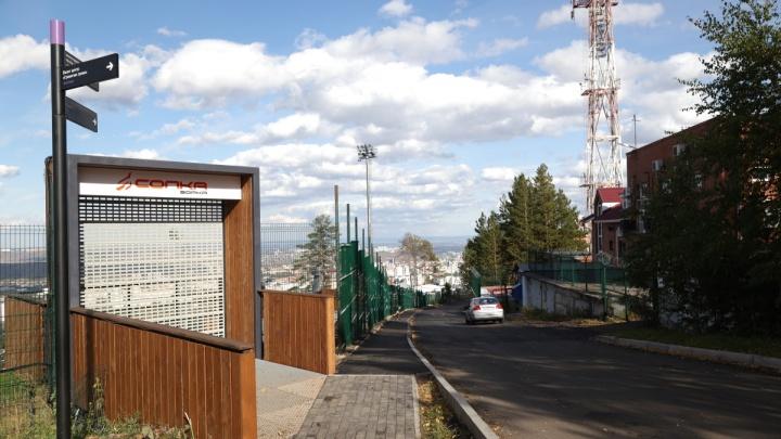 «Два слоя асфальта, тротуары»: смотрим на новую дорогу до смотровой площадки