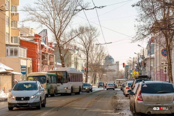 Типичная картина одной из центральных улиц города — Льва Толстого