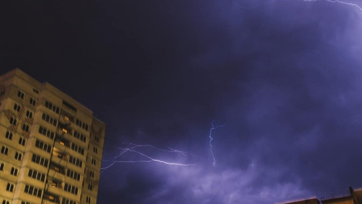 МЧС: в Тюмень опять идут сильная гроза, град и шквальный ветер