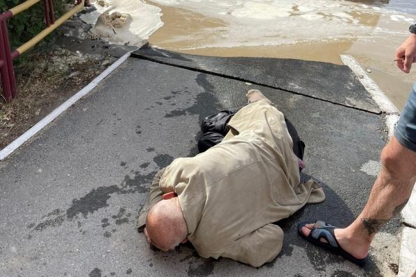Мужчину вытащили прохожие, от вызова скорой помощи он отказался