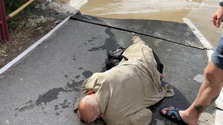 Из-за коммунальной аварии в Тюмени в луже чуть не утонул мужчина — его вытащили прохожие