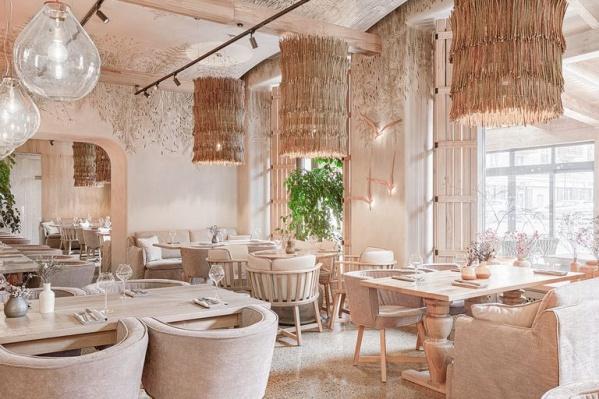 Потолок в ресторане расписан вручную и придает уюта пространству