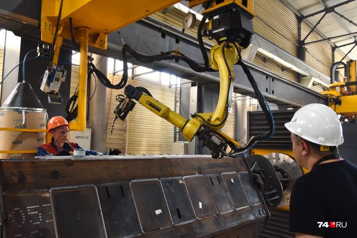 Сами приспособления для поворота заготовок — собственной разработки ДСТ-УРАЛ. Но роботы, конечно, импортные