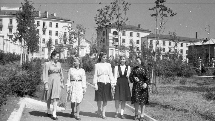 Чулки — на каждый день, ночнушки — «на выход»: раскрываем секреты советских модниц