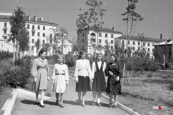 Быть модными челябинкам хотелось и в советское время. Правда, тогда ради действительно интересных обновок зачастую приходилось выстаивать очереди в магазинах