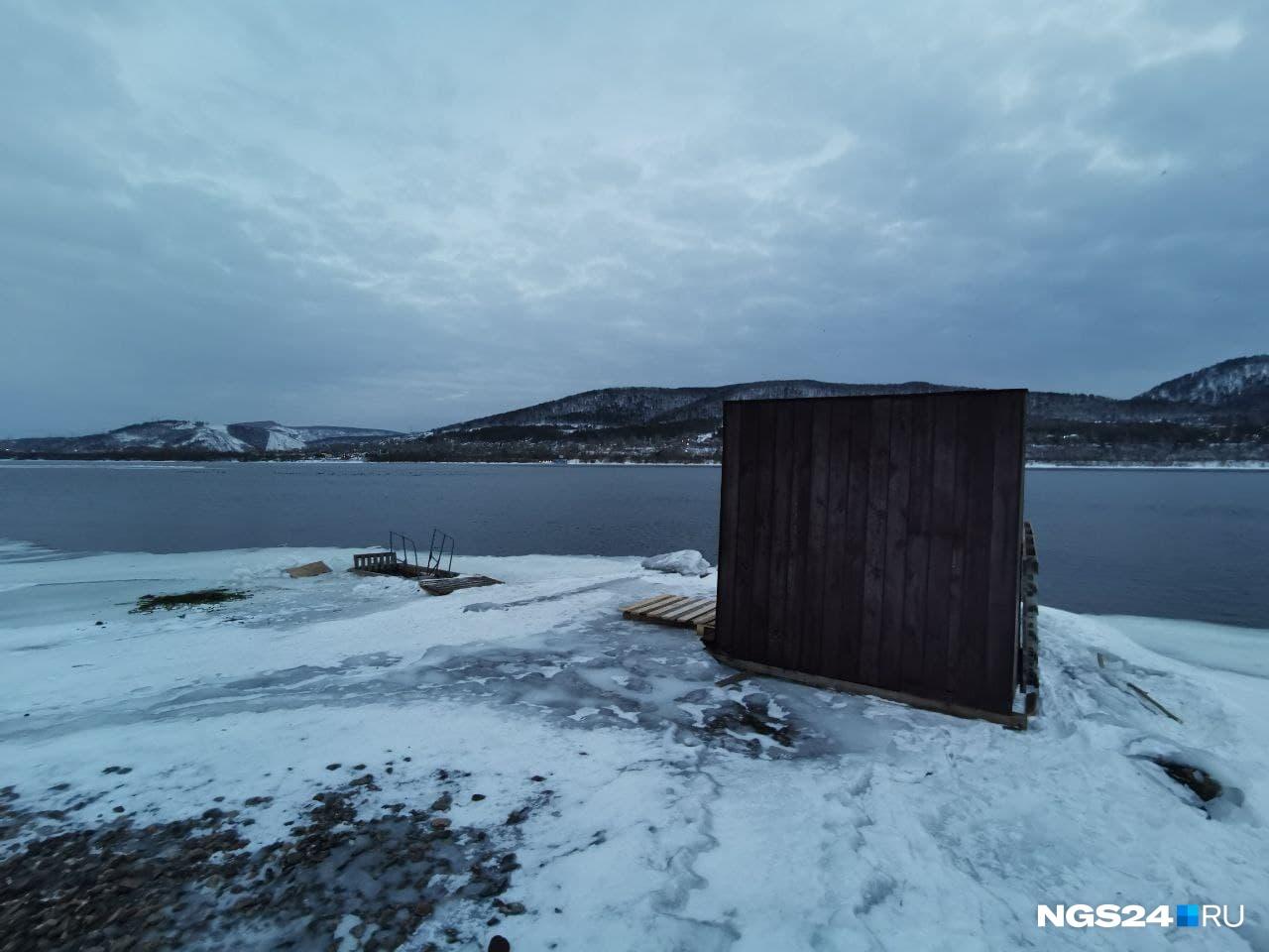 Эту будку для защиты от ветра мы застали днем, но ее убрали ближе к ночи