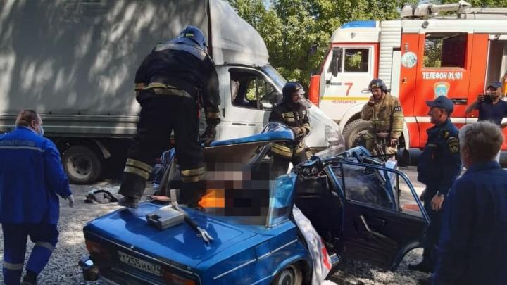 На улице Куйбышева в Челябинске в результате смертельной аварии «шестерка» превратилась в груду металла