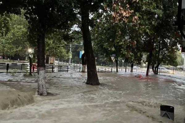На некоторых улицах потоки воды мешали людям дойти до работы