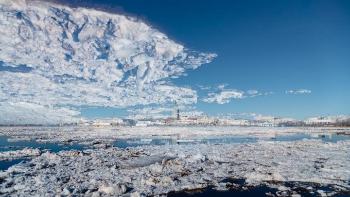 Небесная синева в льдинках: смотрим завораживающие кадры ледохода в Архангельске