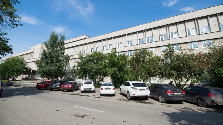 В Екатеринбурге отремонтируют крышу роддома на Уралмаше
