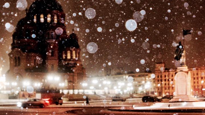 Фотограф заснял капризный февральский снег в центре Волгограда