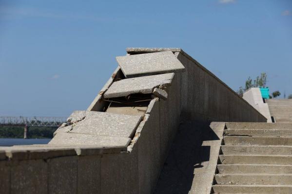 Стены парапета, по словам властей, разрушились из-за ледового затора на Белой