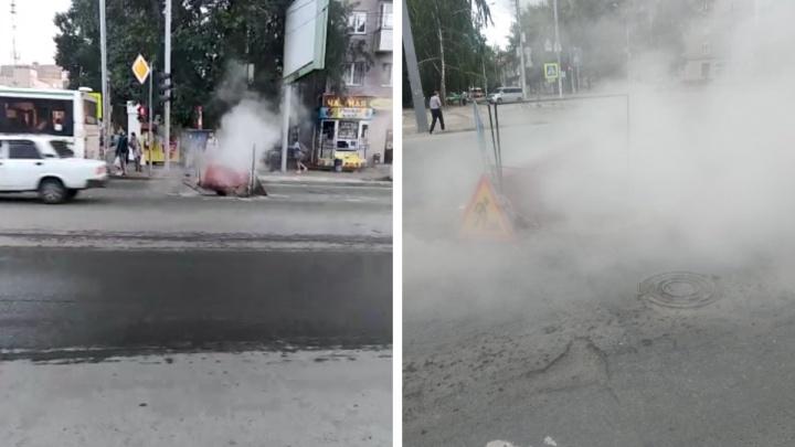 В Новосибирске из-за горячего пара провалился асфальт. В СГК рассказали, когда отремонтируют