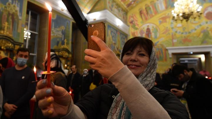 В Екатеринбурге прошла главная ночная пасхальная служба: онлайн-трансляция