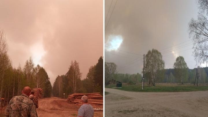 «Мужчины измотаны, тушат пожар»: жители тюменского поселка три дня спасают свои дома от огня