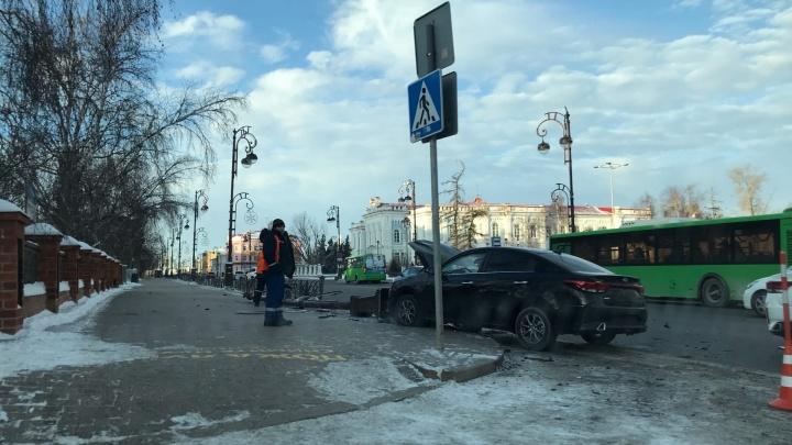 В центре Тюмени иномарка снесла столб освещения, пассажирку зажало внутри авто