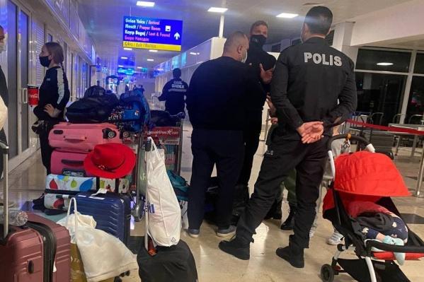 На фото Дмитрий разговаривает с полицейскими