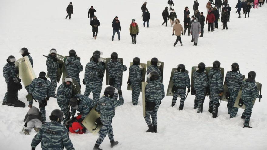 Нервы сдают у всех: как «винтили» участников протестов по всей стране в 11видео