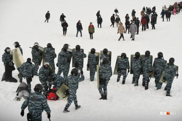В Екатеринбурге устроили настоящее ледовое побоище — ОМОН вытеснил людей на Городской пруд. К счастью, никто не утонул