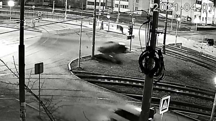 «Двигатель задымился». На аварийном перекрестке Екатеринбурга машина снова вылетела с дороги: видео