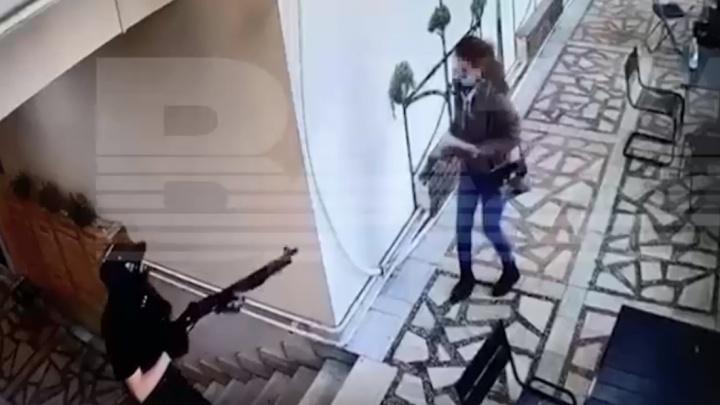 Стрелять начал прямо на улице. Смотрим, как пермский стрелок шел в университет с оружием