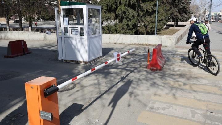 В работе платной парковки под окнами губернатора нашли нарушения. Но ее не закроют