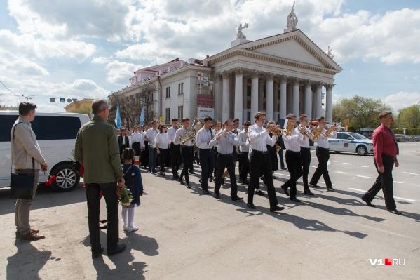 В канун Дня Победы волгоградские музыканты прошли по центру города