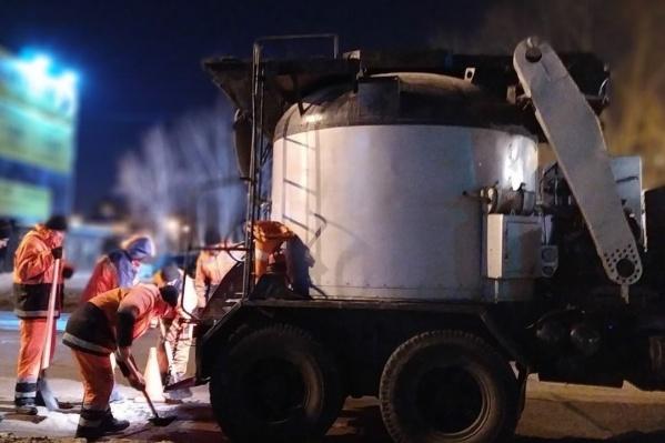 Ямочный ремонт обычно проводят по ночам, чтобы не мешать автомобильному движению