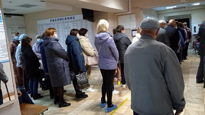 «Нереально огромная»: в Ярославской области пациенты поликлиники час простояли в очереди в регистратуру