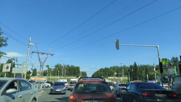 Бердское шоссе встало в 6-километровой пробке в районе пляжа у Обского моря — водители винят дачников и светофор