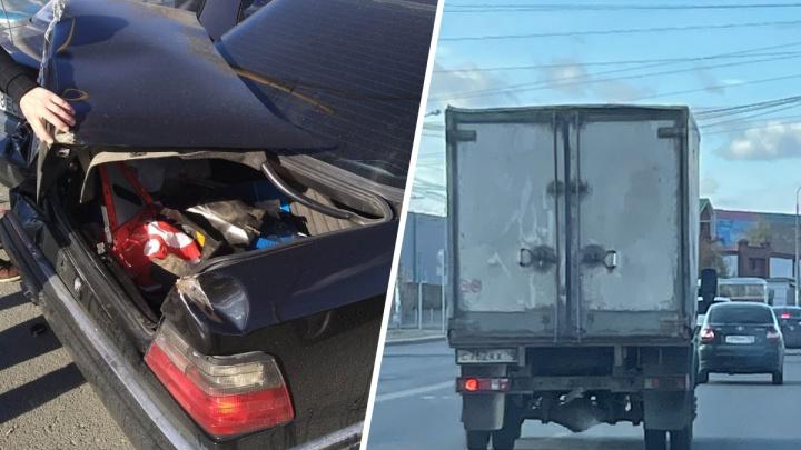 В Екатеринбурге автохам на «Газели» разбил зад двум машинам и спокойно уехал