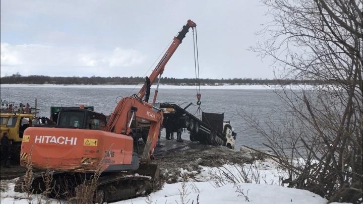 Работы на 4,5 часа: смотрим, как в Котласском районе со дна реки поднимали многотонный КАМАЗ