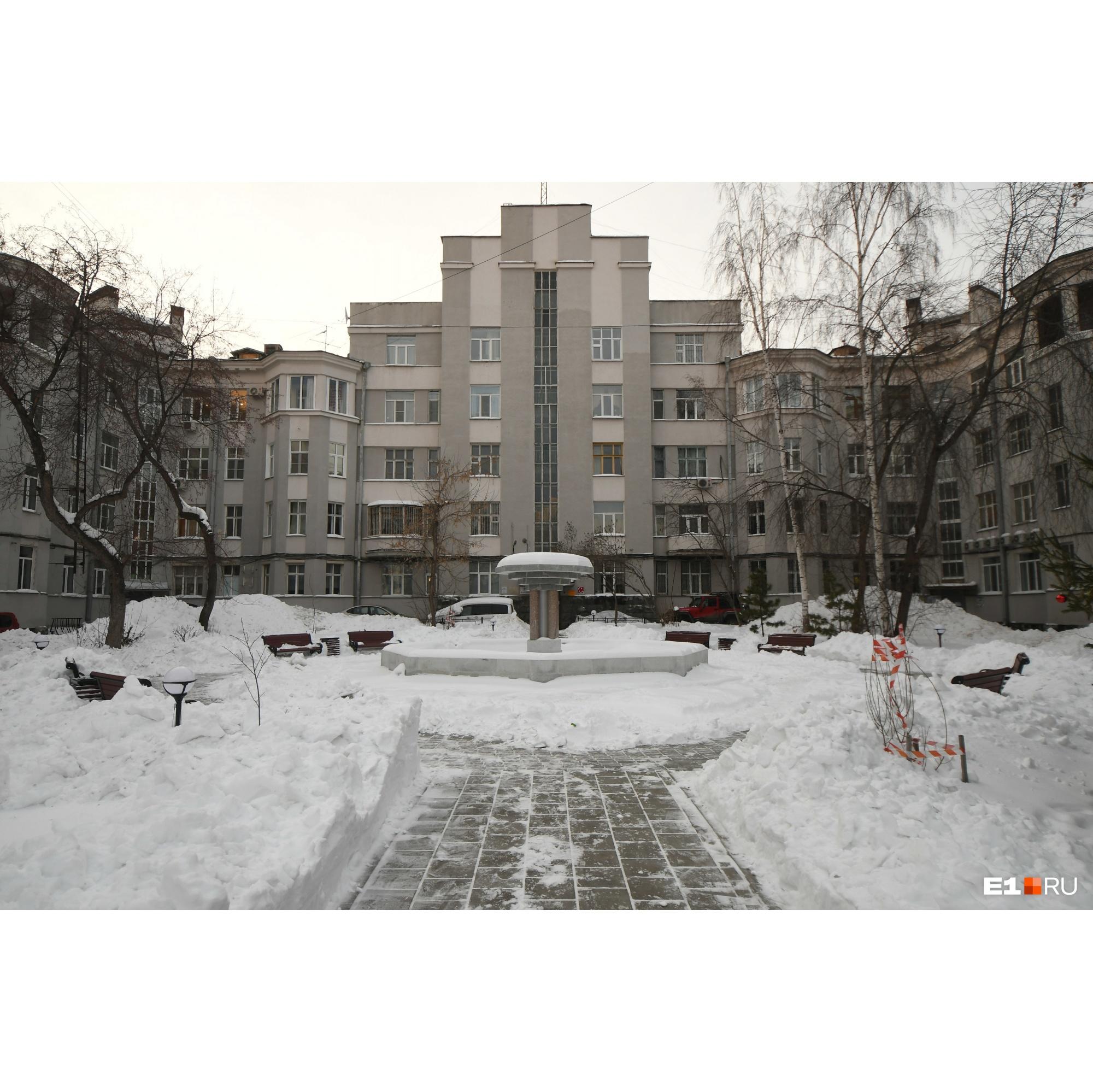 Второй дом Советов сейчас. В центре двора — когда-то работавший фонтан